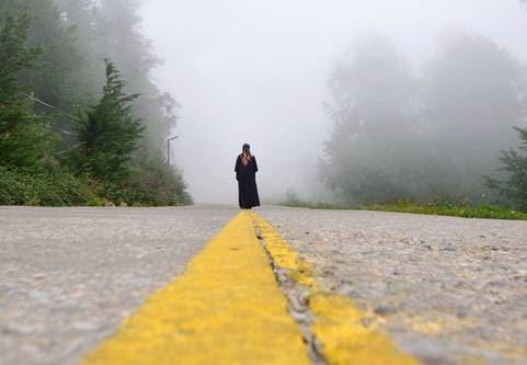 Kvinna gående på väg